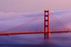 Golden Gate im Nebel Stockbilder