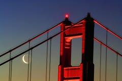Golden Gate mit gerundetem Mond Lizenzfreie Stockbilder