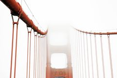 Golden Gate in un giorno nebbioso fotografia stock libera da diritti