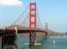 Golden Gate und Segelboot Stockfoto