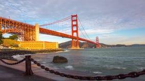 Golden Gatebridgtimelapse på soluppgång lager videofilmer