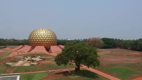 Golden Globe Auroville Inde de Matrimandir banque de vidéos
