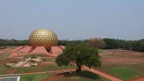 Golden Globe Auroville India di Matrimandir stock footage