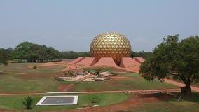 Golden Globe Auroville la India de Matrimandir almacen de metraje de vídeo