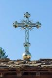 Golden kreuzen Sie vorbei den Eingang zum Troyan-Kloster in Bulgarien Stockbild