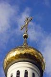 Golden kreuzen Sie vorbei Kirche Stockfoto