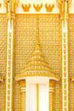 Golden schnitzen Sie Fenster im Tempel Lizenzfreies Stockbild