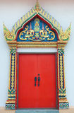 Golden schnitzen Sie Tür mit rotem Blatt im thailändischen Tempel Lizenzfreie Stockfotos
