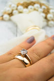 Golden Wedding Ring on finger Royalty Free Stock Photos