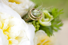 Golden wedding rings on the ear of wheat of weding bouquet Royalty Free Stock Photos