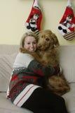 Goldendoodle обнимая женщину Стоковая Фотография