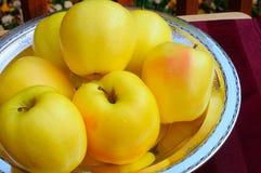 Goldene Äpfel auf Silber Stockbild