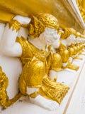 Goldene Affestatue auf der Wand Lizenzfreie Stockfotos