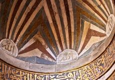 goldene arabische Kalligraphie auf Decke einer Moschee lizenzfreie stockbilder