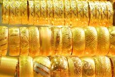 Goldene Armbänder Stockbild