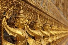 Goldene asiatische Statuen Stockbild
