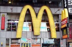 Goldene Bögen McDonald'ss im Times Square Stockfotografie