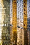 Goldene Bürohausglaswand Lizenzfreie Stockfotografie