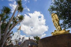 Goldene Baby-Buddha-Statue und fünf sitzende Buddha-Statuen bei Wat Pha Sorn KaewWat Phra Thart Pha Kaewin Khao Kho, Phetchabun,  Stockfotografie