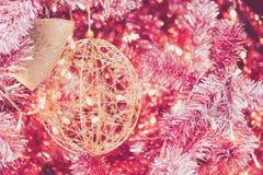 Goldene Ballverzierung auf roter Weihnachtsbaumdekoration stockbild