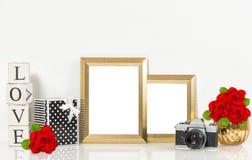 Goldene Bilderrahmen, Rotrosenblumen, Weinlesekamera Stockfotos