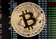 Goldene bitcoin cryptocurrency Münze auf einem Leiterplattehintergrund Stockfotos