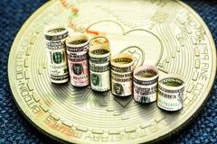 Goldene bitcoin Münze mit den Dollar das Fallen bildend tritt Stockfoto