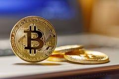 Goldene bitcoins auf der Laptopberührungsflächennahaufnahme Virtuelles Geld Cryptocurrency Stockfoto