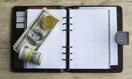 Goldene bitcoins auf die Oberseite und auf US-Dollar und Notizbuch Schlüssel-currebcy Bitcoin auf US-Dollars Virtuelles Geld Meta Lizenzfreie Stockfotos