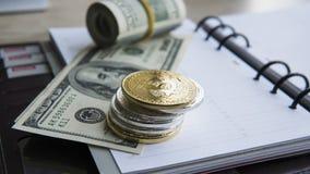 Goldene bitcoins auf die Oberseite und auf US-Dollar und Notizbuch Schlüssel-currebcy Bitcoin auf US-Dollars Virtuelles Geld Meta Stockbilder