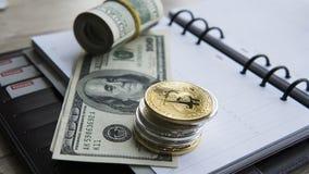 Goldene bitcoins auf die Oberseite und auf US-Dollar und Notizbuch Schlüssel-currebcy Bitcoin auf US-Dollars Virtuelles Geld Meta Stockfotos