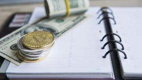 Goldene bitcoins auf die Oberseite und auf US-Dollar und Notizbuch Schlüssel-currebcy Bitcoin auf US-Dollars Virtuelles Geld Meta Lizenzfreie Stockfotografie
