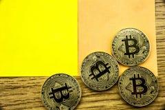 Goldene bitcoins auf hölzernem Schreibtisch, cryptocurrency Hintergrund mit Papieranmerkungen Abbildung 3D Lizenzfreies Stockfoto