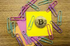 Goldene bitcoins auf hölzernem Schreibtisch, cryptocurrency Hintergrund mit Papieranmerkungen Abbildung 3D Stückchenmünze Stockbilder