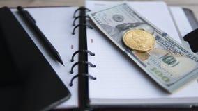 Goldene bitcoins auf US-Dollar, Notizbuch, Tablette und Stift Schlüssel-currebcy Bitcoin auf US-Dollars Digital-Währung Stockbilder