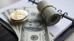 Goldene bitcoins auf US-Dollar und Notizbuch Schlüssel-currebcy Bitcoin auf US-Dollars Virtuelles Geld Metallmünzen von Lizenzfreie Stockfotos