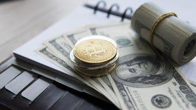 Goldene bitcoins auf US-Dollar und Notizbuch Schlüssel-currebcy Bitcoin auf US-Dollars Virtuelles Geld Metallmünzen von Stockbilder
