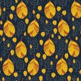 Goldene Blätter auf einem dunkelblauen Hintergrund Lizenzfreie Stockfotos