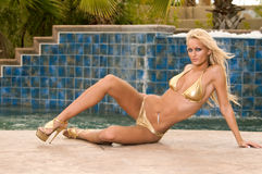 Goldene Blondine im Bikini Stockfotos