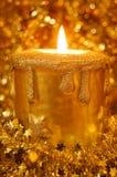Goldene brennende Kerze umgeben durch Scheine Lizenzfreies Stockbild