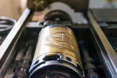 Goldene Briefbeschwerer-Zylinder-rustikales Weinlese-Druckverfahren-Meta- Stockbild