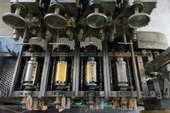Goldene Briefbeschwerer-Zylinder-rustikales Weinlese-Druckverfahren-Meta- Stockfotografie