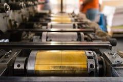 Goldene Briefbeschwerer-Zylinder-rustikales Weinlese-Druckverfahren-Meta- Stockfoto