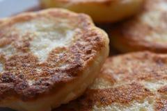Goldene Brown-Hüttenkäsepfannkuchen lizenzfreies stockbild