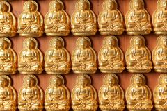 Goldene Buddha-Bilder auf Wand stockbilder