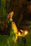 GOLDENE BUDDHA-BILDER IN EINER HÖHLE Stockbild