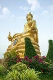 Goldene Buddha-Skulptur Sch?ne religi?se Skulptur im Garten stockfoto