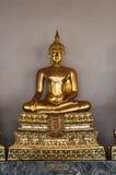 Goldene Buddha-Skulptur in Wat Pho Stockfotografie