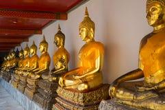 Goldene Buddha-Skulpturen in Wat Pho Lizenzfreie Stockfotos