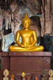 Goldene Buddha-Statue in der Höhle Stockbild